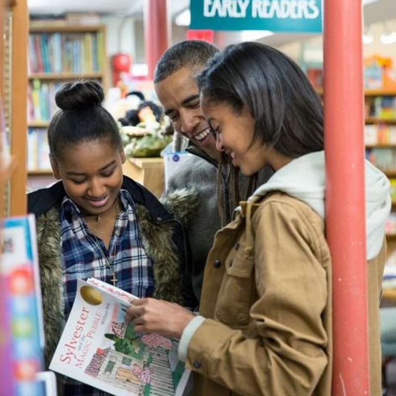 En la compra de libros. Foto:instagram.com/petesouza/