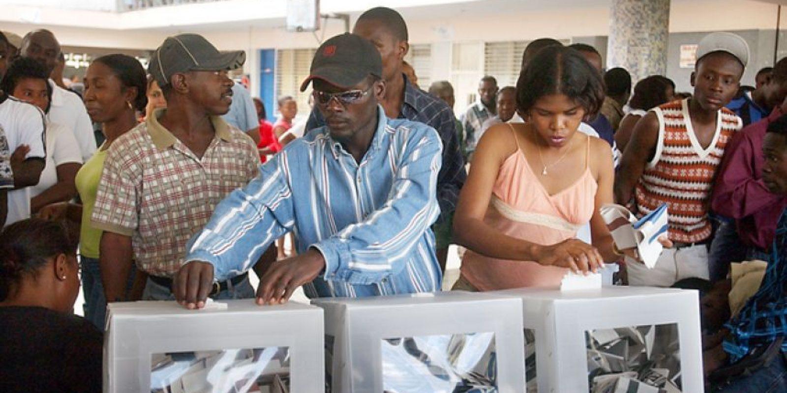 """Segunda vuelta electoral de Haití: Dentro de 12 días el Gobierno haitiano realizará la segunda vuelta electoral de las presidenciales, según informó el pasado viernes el presidente Michel Martelly, quien concluirá su gestión de cinco años el próximo 7 de febrero. Aunque la Comisión Independiente de Evaluación Electoral denunció """"serias irregularidades"""" en la primera vuelta de las elecciones presidenciales y la segunda ronda de las legislativas, celebradas el 25 de octubre pasado, el pueblo haitiano se prepara para elegir en este nuevo año a un nuevo Jefe de Estado. Varios puntos de la agenda bilateral con República Dominicana quedan en expectativa y un tanto en incertidumbre, a la espera de la culminación del proceso en Haití. Foto:Foto: Fuente Externa"""