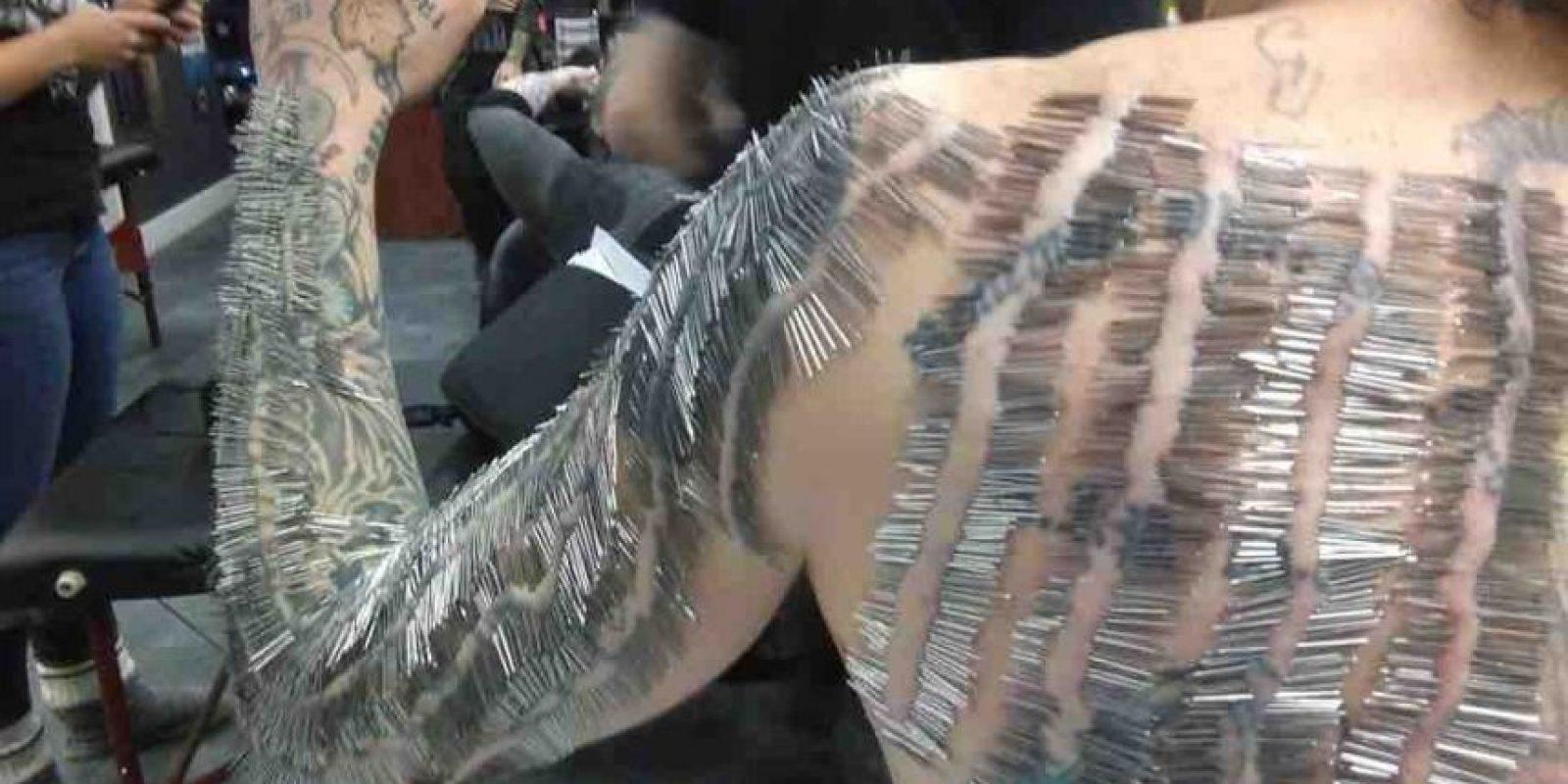 A lo largo de 9 horas, y bajo el cuidado de de profesionales capacitados, Menczyk soportó las agujas que se insertaban a través de su piel una a una Foto:Vía Youtube