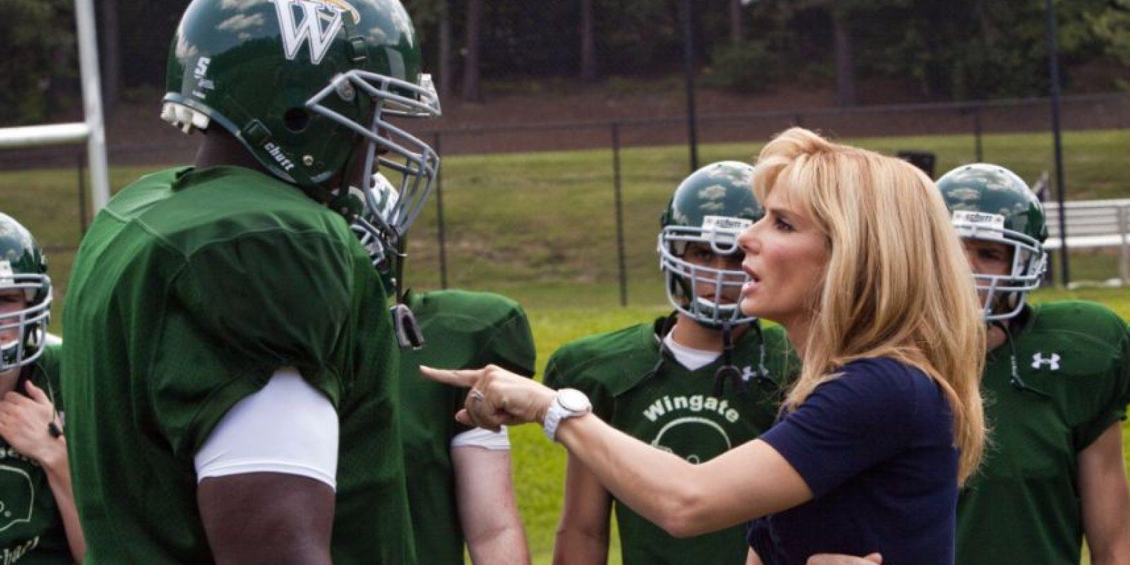 Con la actuación estelar de Sandra Bullock, el filme narra la historia real del jugador de la NFL, Michael Oher. El defensivo de los Cuervos de Baltimore, después de vivir una infancia pobre en los suburbios de Memphis, fue acogido por una familia con recursos, que lo adoptó hasta que triunfó en el emparrillado. Foto:Alcon Entertainment