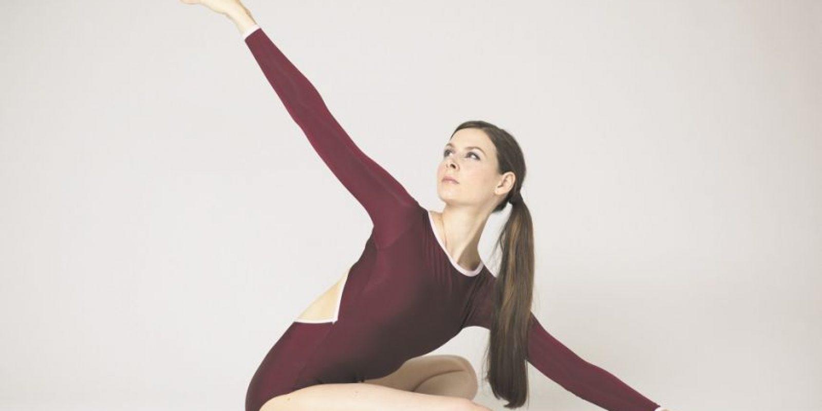 """1. El clásico estiramiento de los isquiotibiales. """"En el ballet, el estiramiento es todo.""""Siéntate en la colchoneta con las piernas delante de ti. Dobla la rodilla izquierda hacia las caderas y extiende la pierna derecha en el suelo delante de ti. Estira tu cuerpo hacia delante, hacia el pie derecho, manteniendo la rodilla estirada. Ve hacia el pie derecho con ambas manos mientras los músculos comienzan a abrirse a través de la parte posterior de tu tendón de la corva y la pierna. Repite en el otro lado. Foto:Fuente externa"""