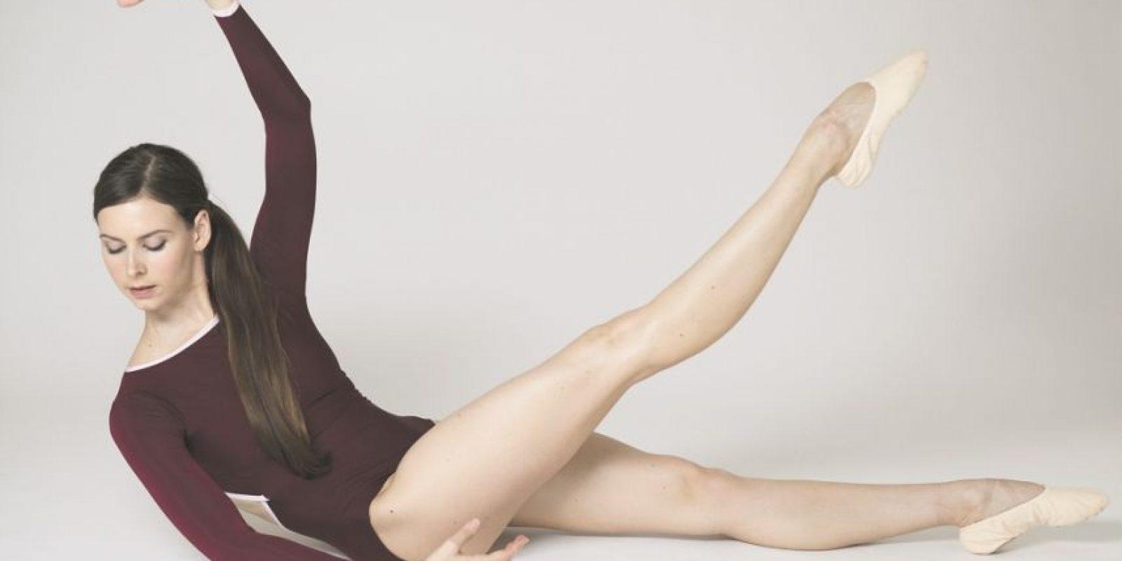 """2. Extensión abdominal de una pierna con giro y mantención. """"Para un bailarín, abdominales fuertes hacen un centro fuerte de equilibrio.""""Estira las piernas en la colchoneta. Tira hacia atrás y aprieta el estómago; a continuación, levanta una pierna del suelo a unos 10 a 20 grados. Continúa apretando los músculos abdominales y laterales, mientras levantas un brazo a la cuarta posición y giras hacia la pierna opuesta que está levantada. Baja tu torso y aprieta tu estómago. Repite en el otro lado. Foto:Fuente externa"""