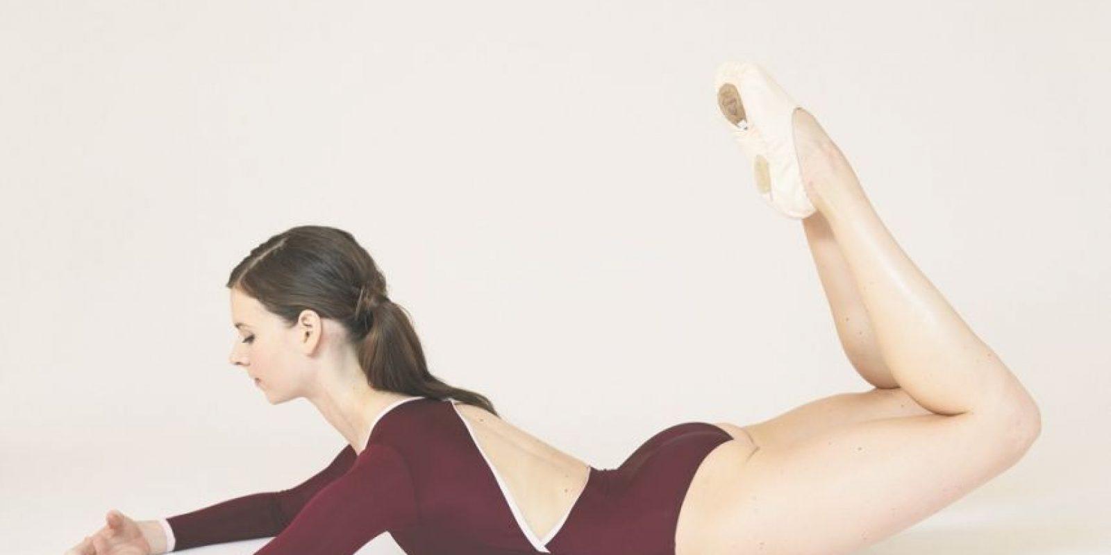 """3. Puente reverso. """"Me encanta este ejercicio para tonificar la parte posterior de las piernas y las nalgas, funciona de maravillas.""""Parte en tu estómago, con los brazos a los lados y las piernas estiradas a lo largo. Aprieta tu estómago para involucrar tu centro y abre a través del pecho, mientras traes tus brazos delante de tu cuerpo a la primera posición en la colchoneta. Dobla las rodillas y junta los talones. Mantén tu cuello largo y la mirada hacia abajo, levanta ligeramente a través de la espalda usando los músculos de las piernas, el estómago y el trasero para levantar ambas rodillas del suelo al puente reverso. Foto:Fuente externa"""