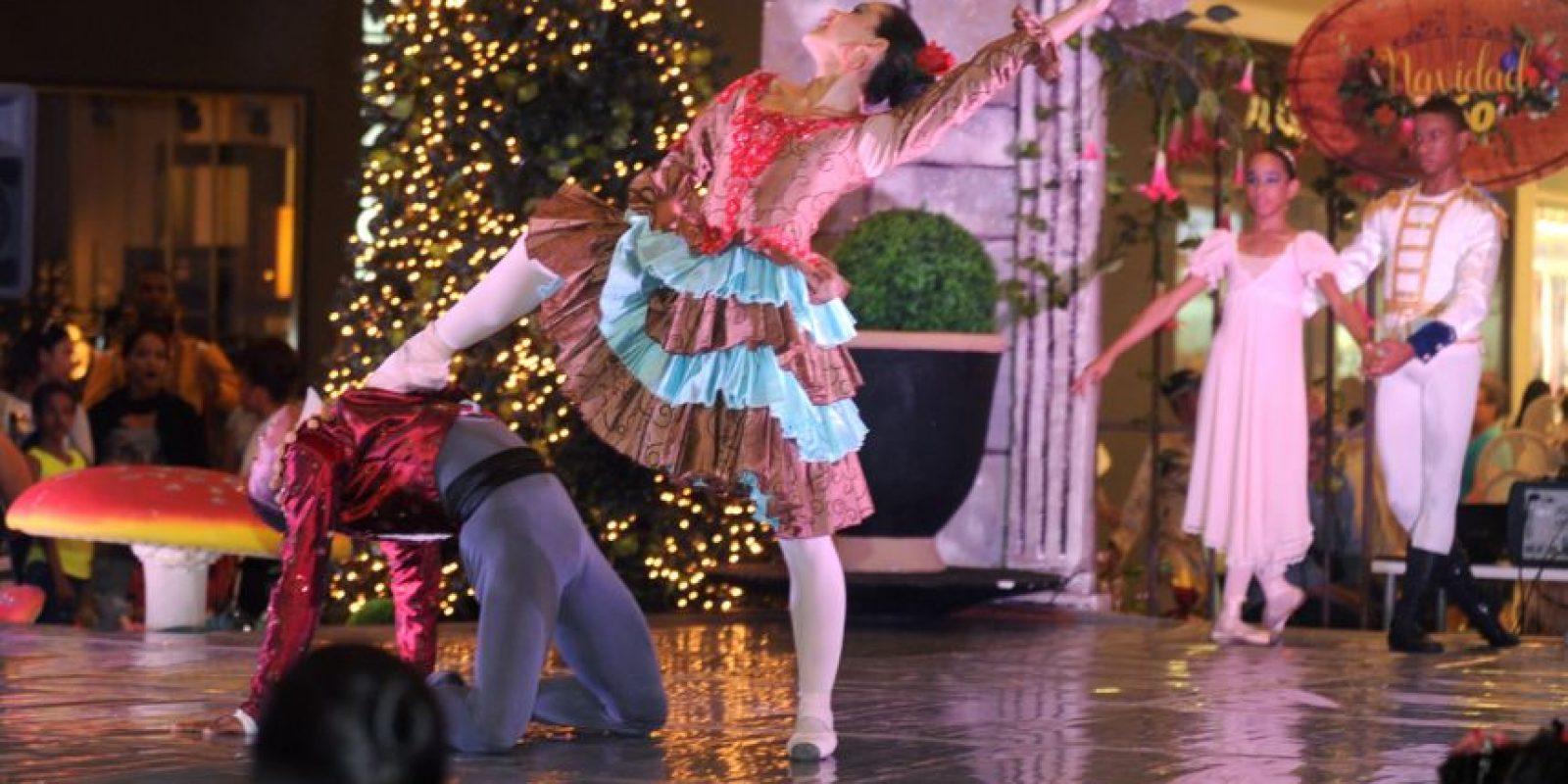 1. La producción fue protagonizada por los jóvenes estudiantes de la Escuela Nacional de Danza, que dirige la maestra Marinella Sallent quienes llevaron a todos los presentes a un viaje lleno de luz y fantasía. Foto:Fuente Externa