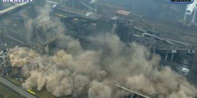 Impresionante paso a paso de la destrucción de dos gigantes chimeneas en Cracovia