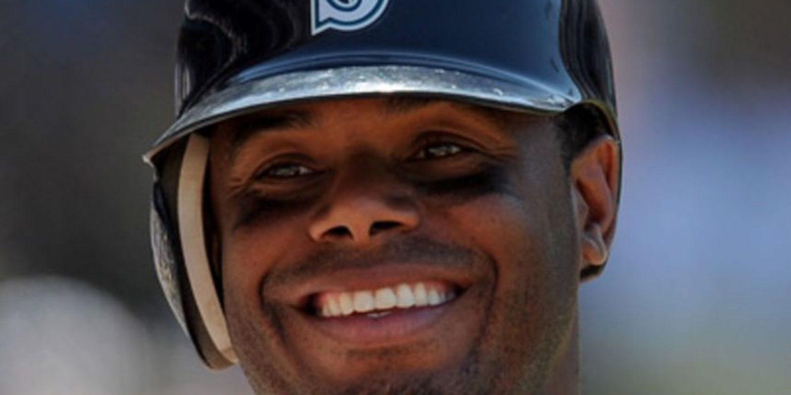 Ken Griffey Jr. impone récord en su elección. Marcó los noventa, fue la cara del béisbol; su desempeño en el terreno y su sonrisa de un millón de dólares lo ha colocado en el sitial que merecen estar los grandes de este deporte. Griffey estableció una nueva marca al lograr el 99.3% de los votos (437 de 440) para ingresar al Salón de la Fama del béisbol de las Grandes Ligas, superando el anterior establecido por Tom Seaver que estuvo en el 98.8% de las boletas de los votantes.El nuevo inmortal del deporte disputó 22 temporadas divididas entre los Marineros de Seattle, Rojos de Cincinnati y Medias Blancas de Chicago; fue convocado a 13 Juegos de Estrellas y se encuentra en el sexto lugar en la historia de Grandes Ligas con 630 cuadrangulares.Se convirtió en el primer seleccionado en el turno No. 1 en ser exaltado al Salón de la Fama. Foto:Fuente Externa