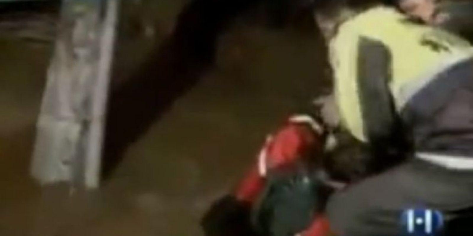 Periodista tiene que ser sacado del agua durante su nota sobre grandes encharcamiento en México. Foto:vía Toutube.com