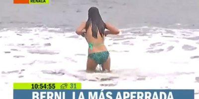 Periodista sufre percance en vivo con su bikini después de lanzarse al mar