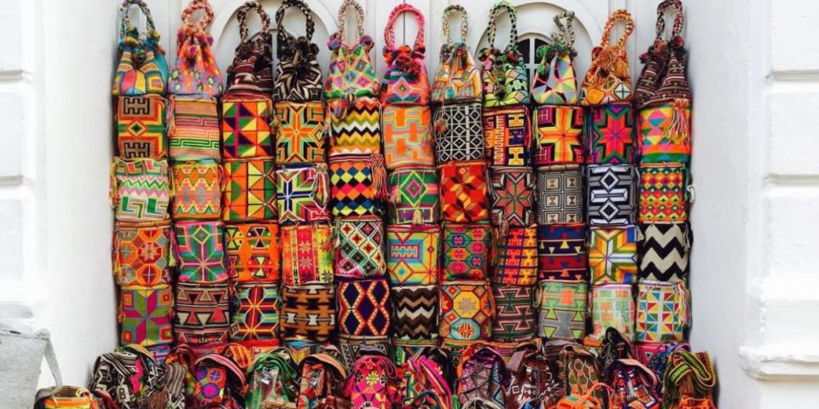 Mochilas Wuyuu. Estos accesorios artesanales elevan su valor cuando se les incrusta pedrería. Foto:Vía Instagram