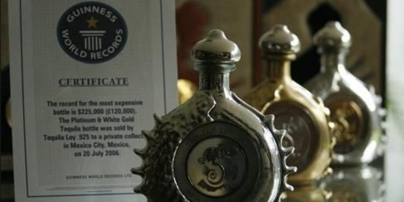 El tequila Ley .925 Pasión Azteca Ultra Premium está embotellado en un empaque de platino puro y oro blanco. Foto:Vía Pinteres