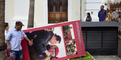 Retirada de imágenes de Hugo Chávez de la Asamblea Nacional venezolana. Foto:AFP