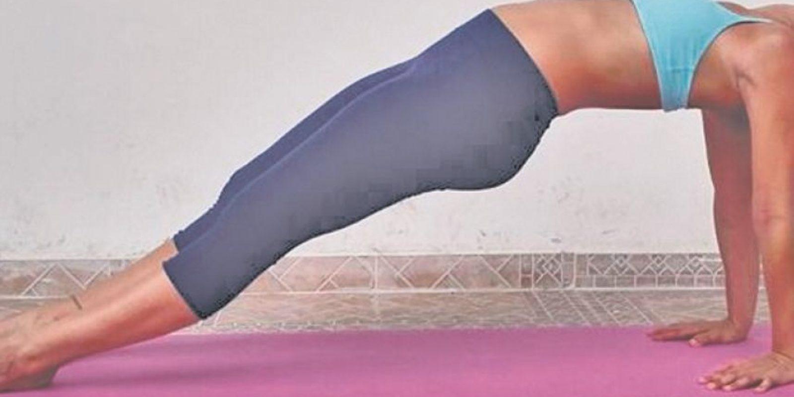 Seated forward bend: Preparación: Nos sentamos con las piernas estiradas. Al exhalar llevamos el pecho hacia las rodillas, agarrando con las manos los pies. En cada exhalación llevamos el pecho más cerca de las rodillas. Aguantamos la posición por unos 30 segundos.Beneficios:Le da calma a la menteAlivia el estrésEstira la columna, los hombros y el bíceps femoralEstimula los riñones, los ovarios y el útero Mejora la digestión Alivia dolores menstruales y de menopausia Mejora los dolores de cabeza, la ansiedad y reduce la fatiga Foto:Fuente Externa