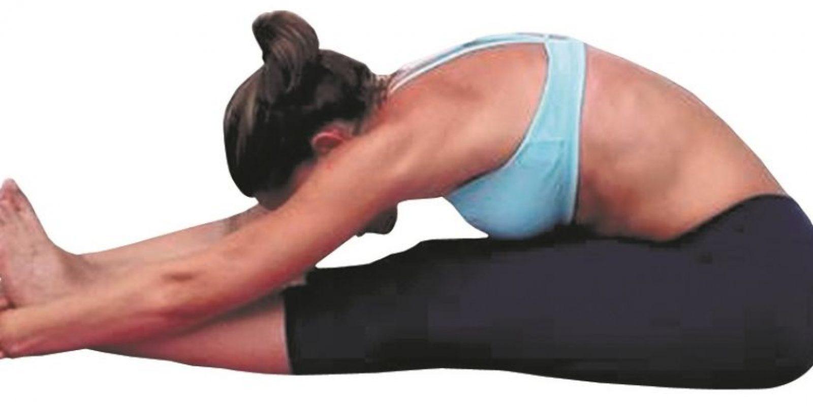 Upward plank pose: Preparación: Nos sentamos con las manos un poco más atrás de los glúteos y los dedos de la mano mirando a los dedos del pie. Colocamos la planta de los pies en el suelo, apuntando el dedo gordo levemente para adentro. Al exhalar nos empujamos con el pie haciendo presión contra el suelo, levantando la pelvis. El torso y el bíceps femoral deben quedar paralelos al suelo; los brazos y los tibiales deben quedar perpendiculares al suelo. Sin perder la altura de las caderas, estiramos los pies en un solo intento. Aguantamos la posición por unos 30 segundos. Beneficios:Fortalece los brazos, las muñecas y las piernas.Estira los hombros, el pecho y los tobillos. Foto:Fuente Externa