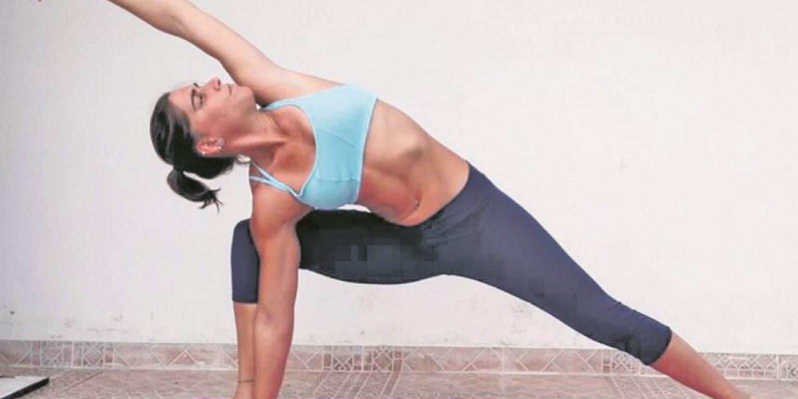 Extended Side Angle Pose : Preparación: Nos paramos con los dos pies juntos. Al exhalar hacemos un pequeño salto con uno de los pies, alejándolo del otro y manteniéndolos por fuera de los hombros. Alineamos los talones y levantamos los brazos al nivel de los hombros. Doblamos el pie derecho para afuera y el pie izquierdo para adentro. Doblamos la pierna derecha y llevamos la mano derecha junto al pie derecho. Elevamos el brazo izquierdo hasta colocarlo al lado de la oreja. Aguantamos la posición por unos 30 segundos y cambiamos de lado. Beneficios: Fortalece y estira las piernas, las rodillas y los tobillos.Estira la ingle, la columna vertebral, la cadera, el pecho, los pulmones y los hombros.Estimula los órganos abdominales Foto:Fuente Externa