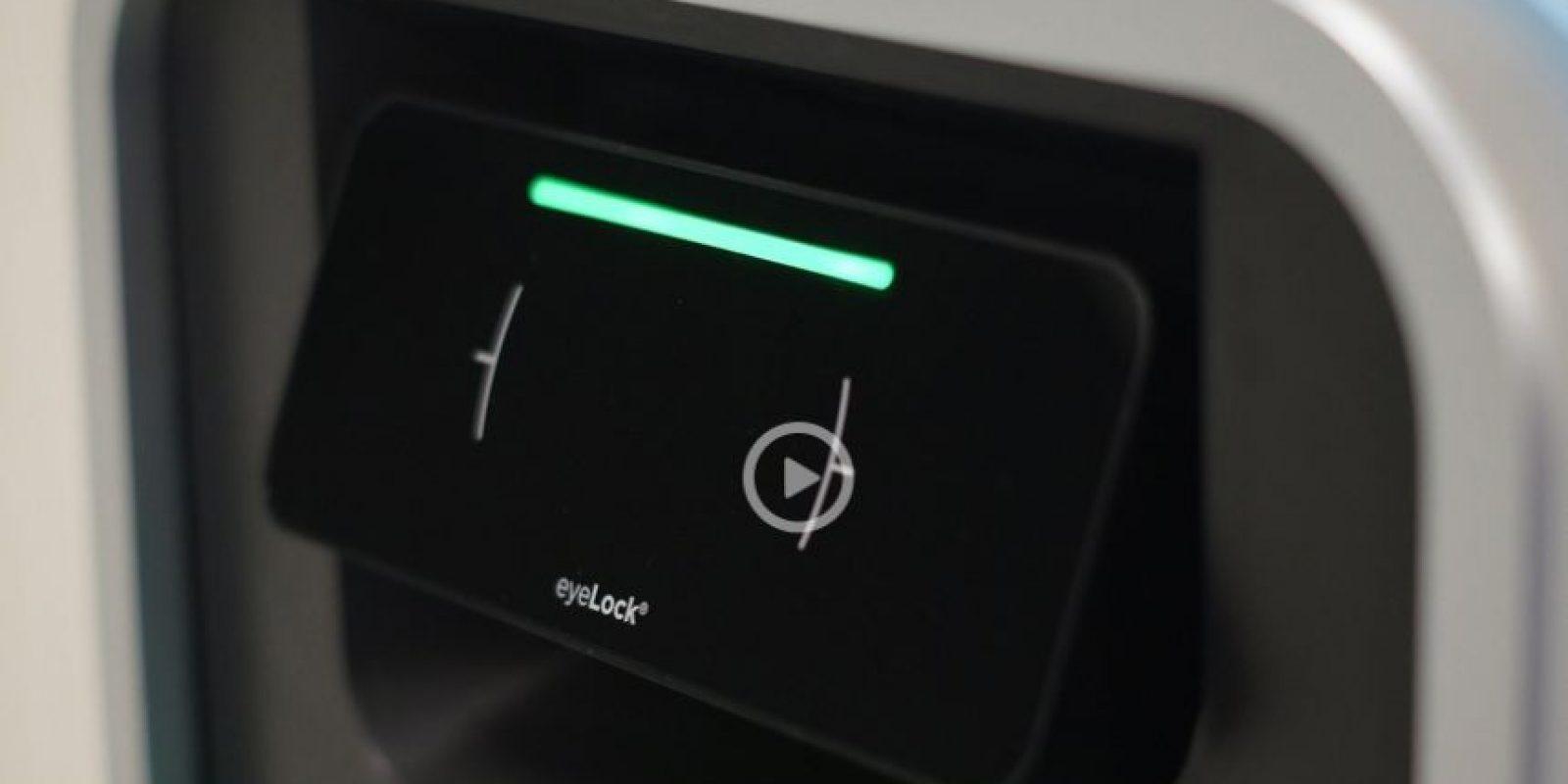 Saca dinero del cajero automático con tu iris. La biometría es una tecnología que hasta hace poco era material para las películas de Misión imposible; sin embargo, está cada vez más ampliamente disponible. EyeLock y Diebold se han unido en la creación de un nuevo cajero automático de autoservicio, sin pantalla, que no requiere de un teclado de PIN, lector de tarjetas, o pantalla, utilizando el escaneo del iris para identificar al cliente.