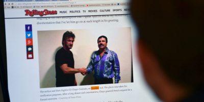 En la foto que corrobora la entrevista, Penn aparece tomado de la mano con Guzmán Loera. Foto:AFP