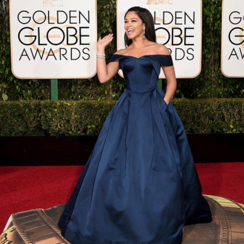Gina Rodríguez, impecable de azul oscuro, en un vestido de corte tradicional. Foto:vía Getty Images