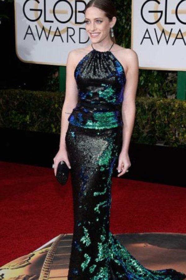 Carly Chaikin, en un vestido de contrastes fascinantes. Nótese lo simple del peinado, para hacer lucir una pieza que de por sí se ajusta muy bien. Foto:vía Getty Images