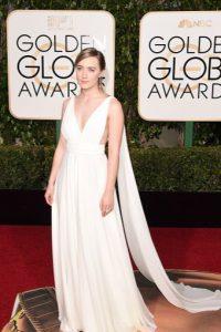 Saoirse Ronan, muy discreta. Lo de atrás sobra. Foto:vía Getty Images