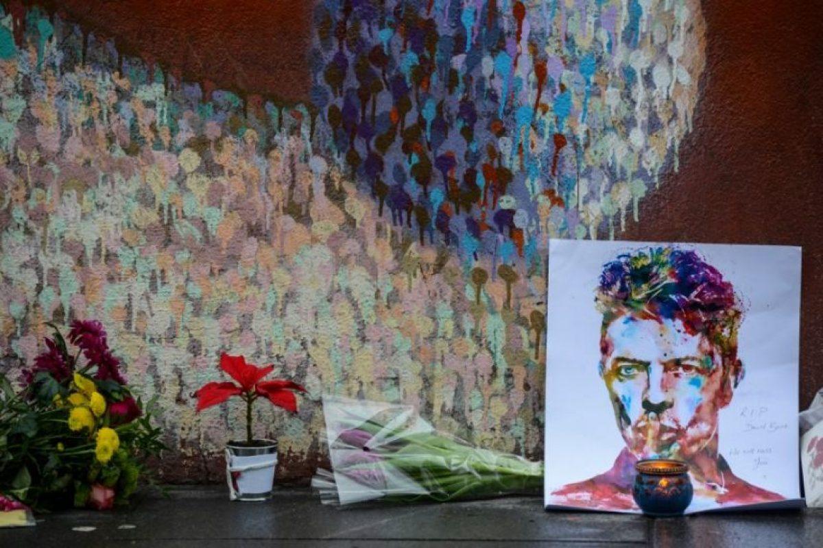 Hoy dibujos, velas y flores homenajean a Bowie. Foto:AFP