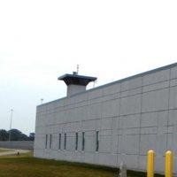 Terre Haute: Está en Indiana y es el que tiene mayor seguridad tecnológica. Cuenta con un sistema de vigilancia electrónica con cámaras de 360 grados, sensores de movimiento, tecnología de reconocimiento facial y celdas con candado biométrico