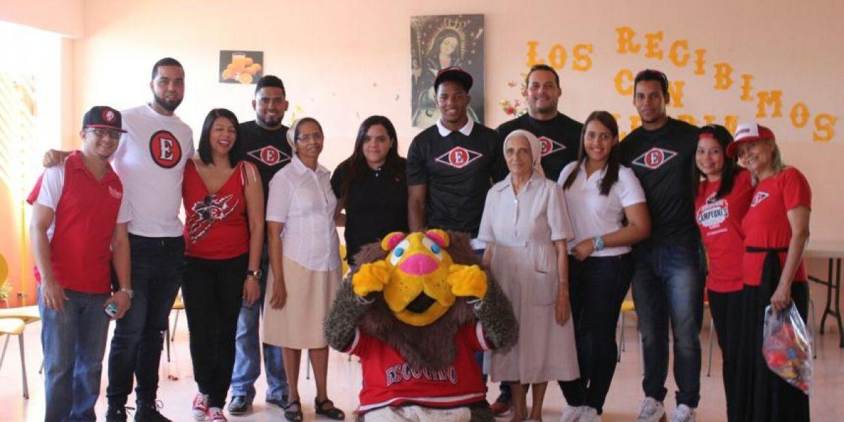 Escogido lleva alegría y regalos a niños de La Casa Rosada