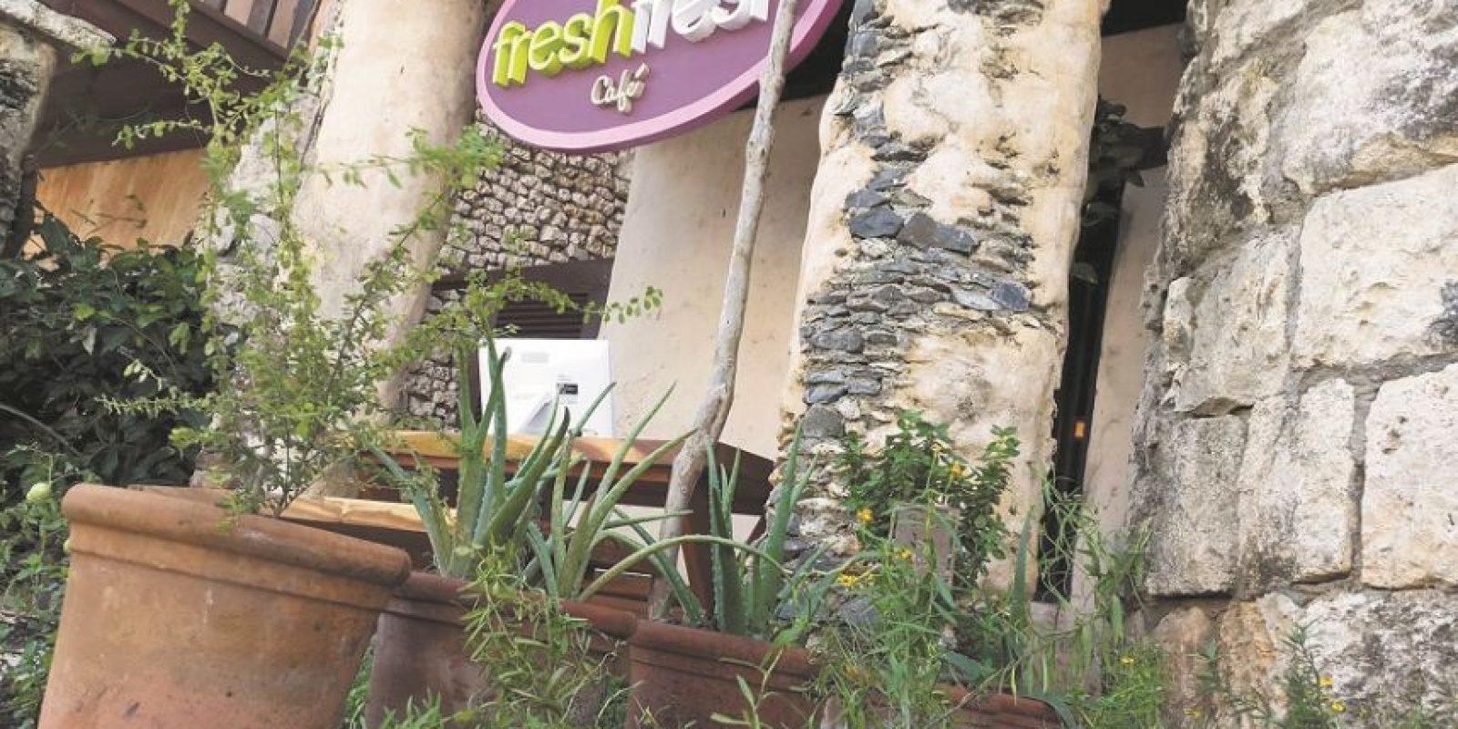 Mi día a día. Un comienzo Fresh Fresh. Altos de Chavón tiene que ser uno de los lugares más especiales del mundo.Lo tiene todo: un paisaje impresionante, buen clima, silencio, dónde comprar, dónde bailar y dónde comer. Un nuevo rincón nos permite ser testigos de ello. Se llama Fresh Fresh Café, y es primo hermano de Fresh Fresh de Sosúa, Cabarete. Tiene opciones saludables de desayuno, comida y cena. Además, funciona como un mercadito. Sus dueños desean promover el estilo de vida saludable a través de esos productos. Su decoración grita bienestar por todos los lados. ¿Recomendación? Egg and Bacon Burger y los deliciosos smoothies. Horario: 8am a 7:00 pm. Teléfono: 809-523-8958 Foto:Fuente Externa