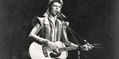 """La primera probada de éxito. Después de formar su primera banda y tocar en muchas otras, Bowie decidió probar suerte como solista. En 1967, Bowie lanzó su primer single en solitario, """"The Laughing Gnome"""", pero ni él, ni su primer álbum homónimo, David Bowie, consiguieron el éxito que esperaba. Pasaron dos años, en 1969, cuando lanzó """"Space Oddity"""", para que el cantante se diera cuenta de la aclamación nacional después de que la BBC utilizó la pista durante la cobertura de la llegada a la luna. Foto:Fuente Externa"""