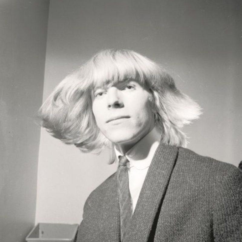 El inicio. David Bowie nació como David Robert Jones en Brixton, Londres, el 8 de enero de 1947. El talento musical de Bowie estaba claro desde muy temprana edad y en1962, con tan sólo 15 años, formó su primera banda llamada The Konrads. Sus primeras presentaciones en vivo se realizaron en los modestos escenarios de bodas y de reuniones juveniles, al mismo tiempo que ganaba su sustento como ayudante de electricista. Foto:Fuente Externa