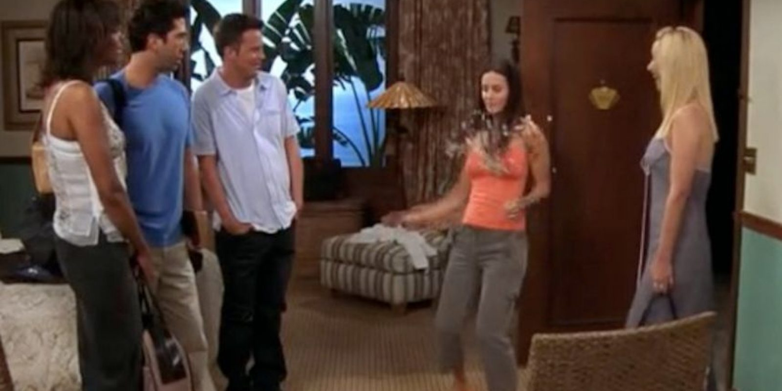 """En esta escena todos disfrutan con el nuevo peinado de """"Mónica"""". Foto:Vía YouTube / Warner Bros"""