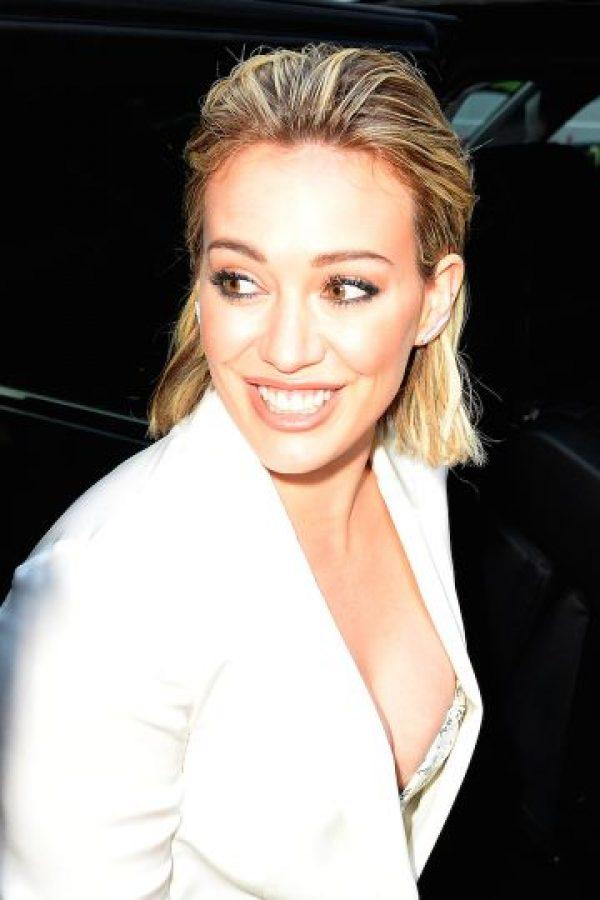 La cantante y actriz lució un elegante y estilizado traje blanco Foto:Grosby Group