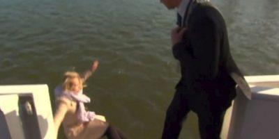 El momento en que una reportera holandesa cae al mar durante una entrevista al alcalde de la ciudad de Kampen. Foto:Vía Youtube