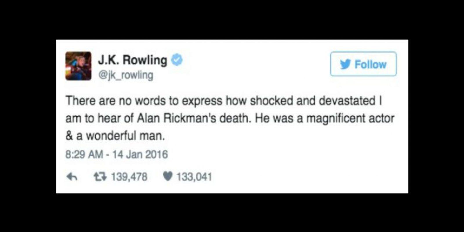 """""""No tengo palabras para expresar lo conmocionada y devastada que estoy al enterarme de la muerte de Alan Rickman. Él era un magnífico actor y un hombre maravilloso"""" Foto:Twitter/jk_rowling"""