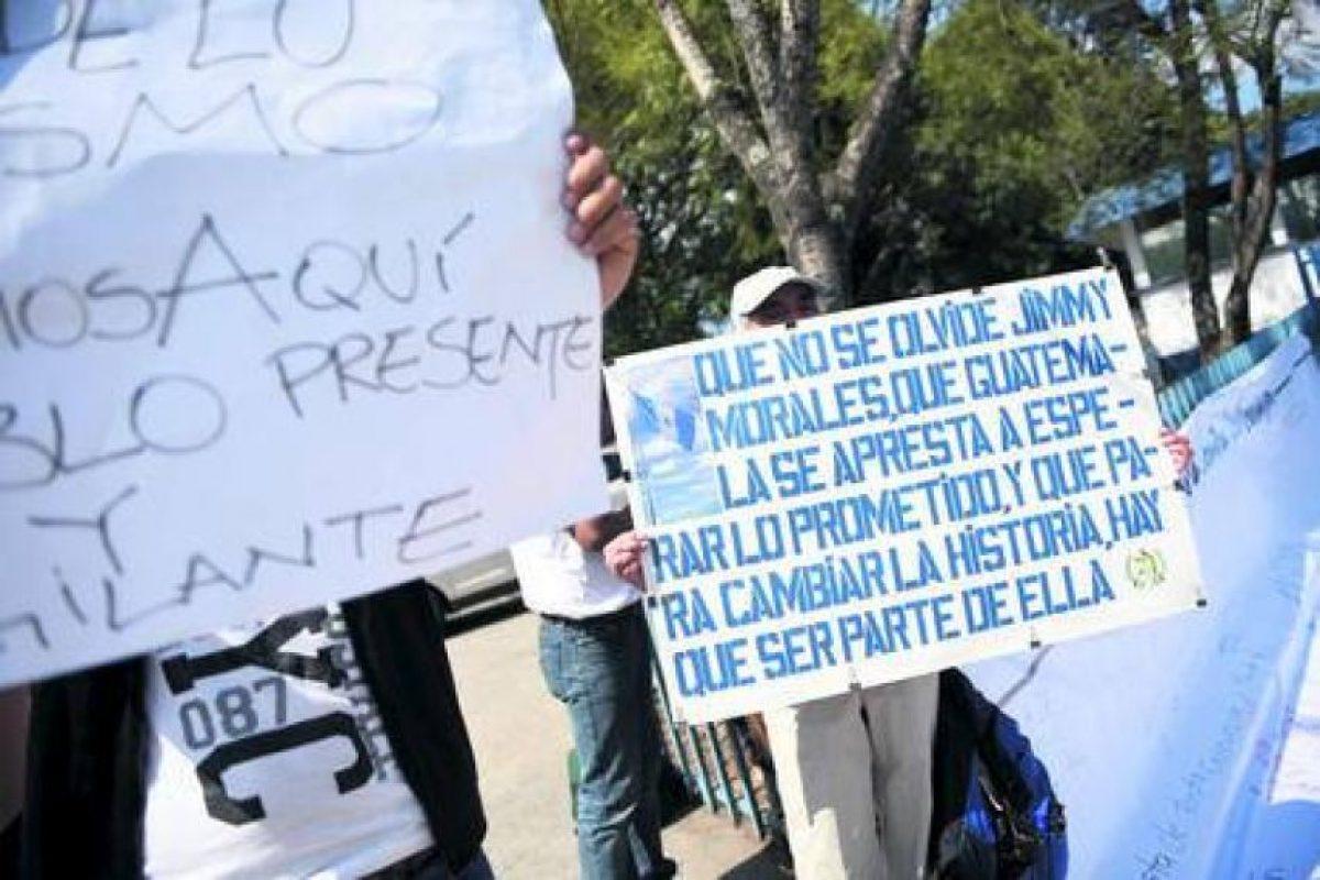 """Protestas. En el Centro Histórico del país centroamericano y en el Teatro Nacional, donde fue juramentado el nuevo mandatario guatemalteco, hubo protestas y le recordaron a Morales: """"No más de lo mismo"""", """"Seguimos aquí"""", """"Te estaremos vigilando"""". Foto:Fuente externa"""