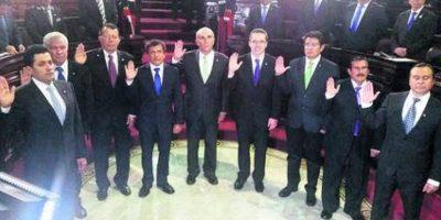 Legislativo. Con una hora y media de retraso comenzó la juramentación de la nueva Junta Directiva del Congreso de Guatemala, bajo un lluvia de críticas, no solo por el atraso, sino también por la reelección del polémico diputado Mario Taracena. Foto:Fuente externa
