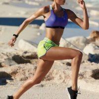 Candice Swanepoel corre en la playa Foto:Vía Instagram/@angelcandice