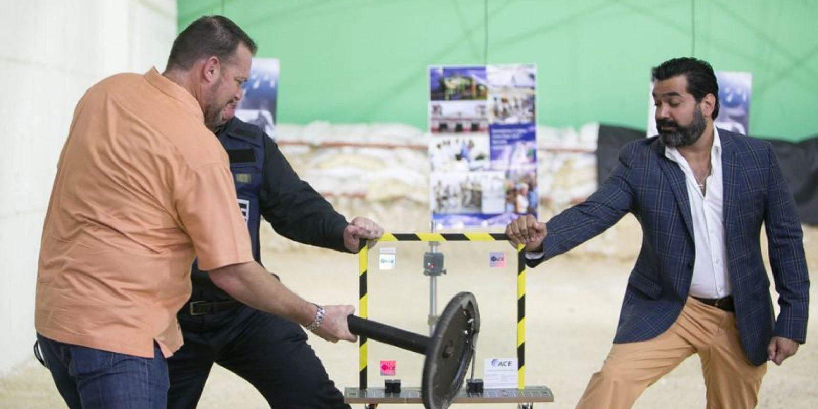 Omar Henríquez, representante de ACE en el país (a la derecha), prueba la eficacia de sus nuevos laminados de seguridad. Foto:CORTESÍA MARKATEL