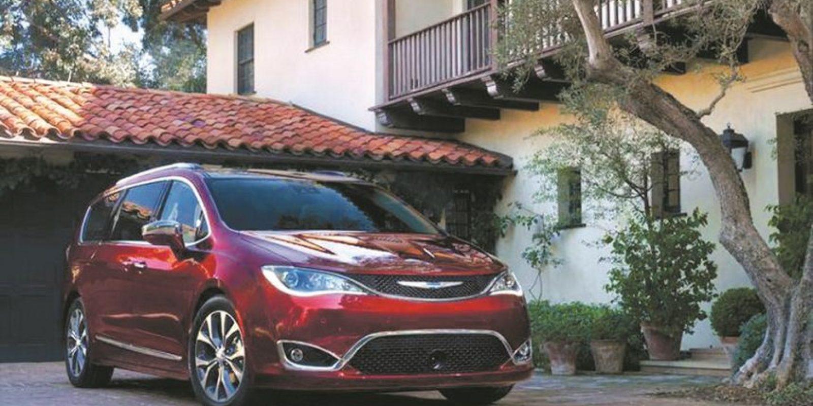 Chrysler recrea la minivan: con la Pacifica. Con una historia de 30 años, esta nueva Chrysler propone 78 innovaciones y hasta aspiradora le ha puesto al vehículo de movilidad familiar por excelencia. Motor de 3.6 litros V6, pero también se convierte en la primera compañía en ofrecer una minivan híbrida. Foto:Fuente Externa