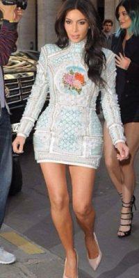 El bordado del vestido hace que Kim Kardashian se vea mucho más grande. Sin contar que añade volumen extra a las caderas. Foto:vía Getty Images