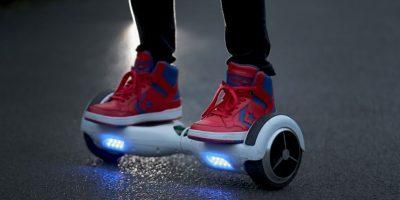 Una hoverboard es un aparato electrónico que se controla con el balanceo corporal. Foto:Getty Images