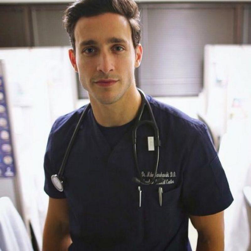 """La revista """"People"""" considera a Dr. Mike como el médico más sexy. Foto:Vía Instagram/@doctor.mike"""