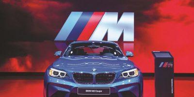 BMW M2 COUPÉ. Con una longitud de 4.47 metros y un reparto de peso de 50/50 el nuevo BMW M2 coupé está listo para hacerle frente a sus más cercanos rivales como el Audi RS3 y el Mercedes Benz CLA 45 AMG. Lleva un motor de seis cilindros turbo de 370 caballos de potencia y tracción en las ruedas traseras. Las transmisiones son dos: una manual de seis velocidades y una automática de siete. Foto:Fuente Externa