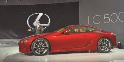 Lexus LC 500. Un cambio en producto, tecnología y diseño para la marca. El coupé 2+2 se enfrenta al Mercedes SL 500. Hace uso del aluminio, la fibra de carbón y de un puesto de conducción casi al centro. Monta una caja automática de 10 relaciones para gestionar un V8 5.5 litros para más de 450 hp y 527 Nm, deteniendo el crono en 4.5 seg en el 0-100 km/hora. Foto:Fuente Externa