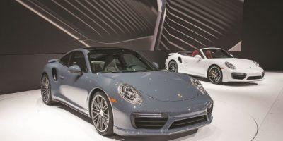 Porsche 911 Turbo y Turbo S. Nuevas potencias: 540 y 580 caballos respectivamente, y números de aceleración brutales: 2.9 y 2.7 segundos en el 0-100 km/hora. Además, una función dinámica del turbo ayudará a mantener la presión en los diferentes momentos de aceleración. Ambos ofrecen Porsche Sport Chrono Package y Porsche Active Suspension Management de serie, mientras que Turbo S cuenta con Porsche Dynamic Chassis Control y frenos carbonocerámicos. Foto:Fuente Externa