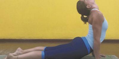 7 – Perro mirando hacia abajo. Exhala, cambia el empeine y utiliza la fuerza del abdomen para levantar las caderas y la espalda. Establece una línea derecha desde tu cadera pasando por la columna llegando a los hombros y brazos. Quédate en esta posición por 5 respiraciones. Foto:Metro RD