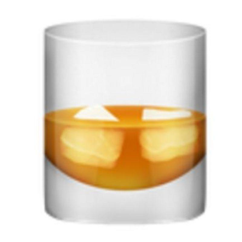 Vaso con hielos y whisky. Foto:vía emojipedia.org