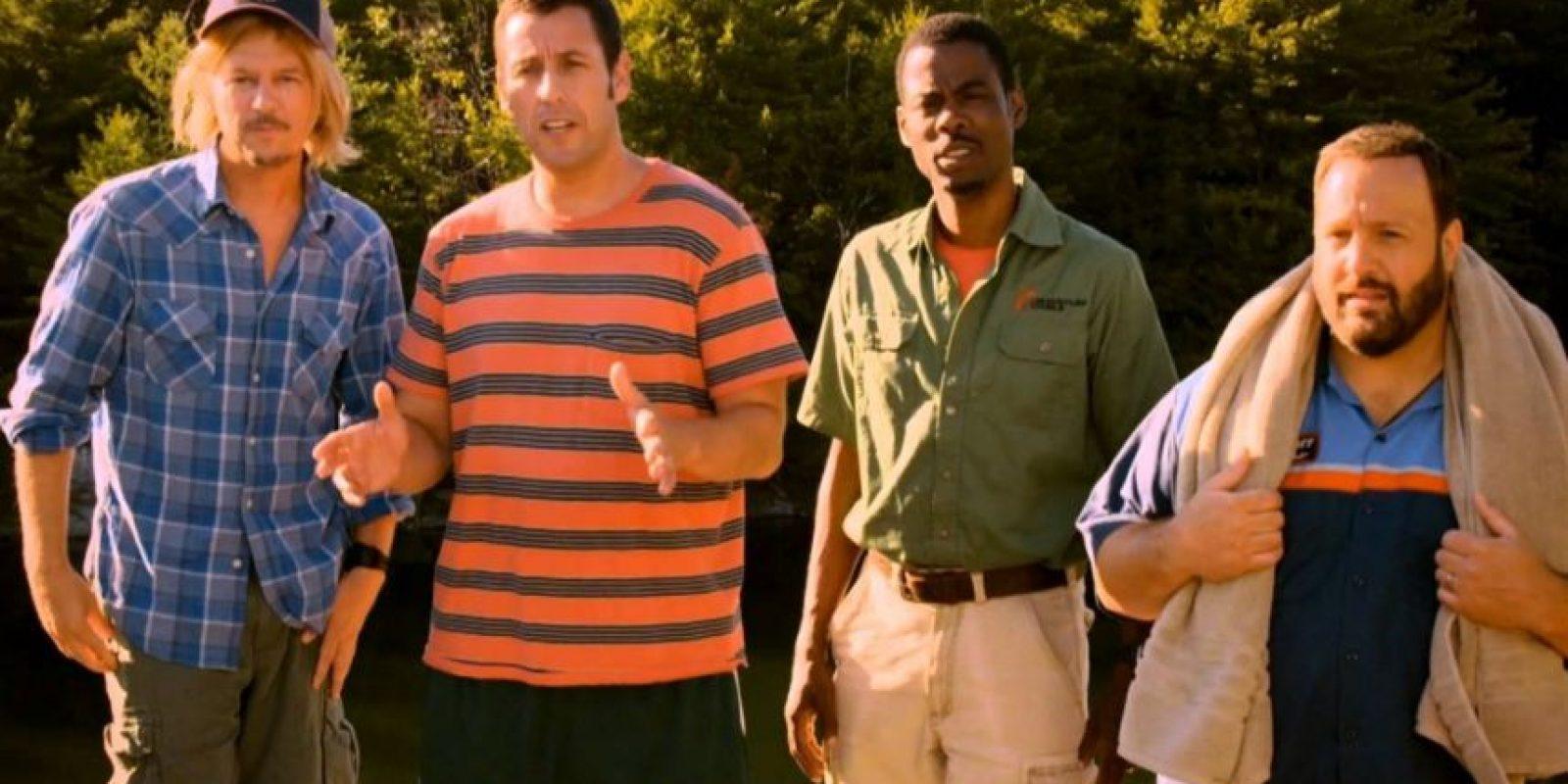 Cinco amigos se reúnen después de 30 años en una casa del lago para llorar por la pérdida de su antiguo entrenador de básquetbol y vuelven a comportarse como jovencitos. Foto:vía Netflix