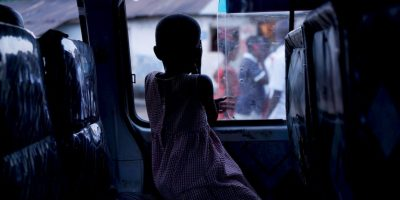 Para evitar caídas y traumatismos eviten dejar solos a los menores sobre superficies elevadas. Foto:Getty Images