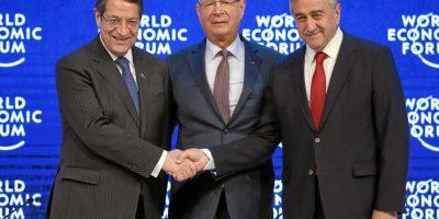 Nikos Anastasiadis, Presidente de Chipre, el profesor Klaus Schwab, Fundador y Presidente Ejecutivo del Foro Económico Mundial y Mustafa Akinci, líder turco. Foto:Vía weforum.org