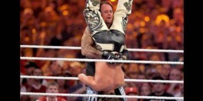 """Undertaker vs Shawn Michaels en Wrestlemania XXVI. Ambos gladiadores deleitaron con sus mejores llaves y movimientos en 24 minutos, hasta que el """"Fenómeno"""" venció al """"Chico rompecorazones"""", lo que significó su retiro. Foto:WWE"""